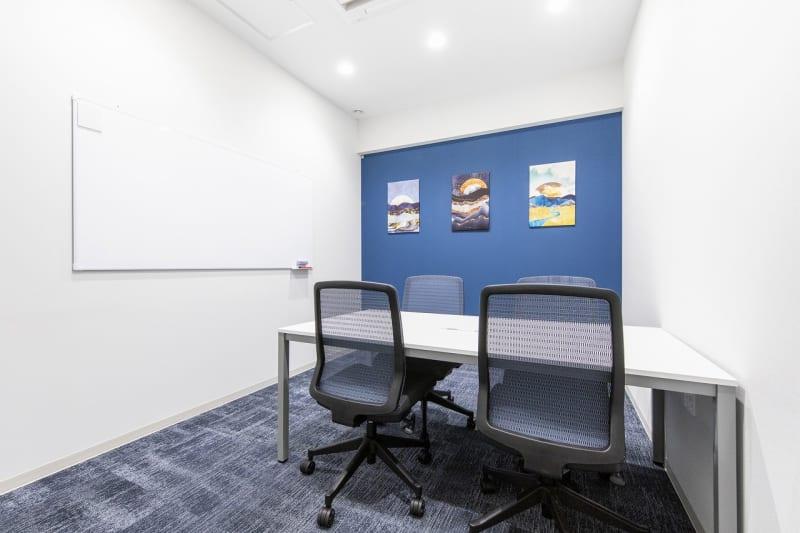 BIZcomfot新横浜 4名用会議室の室内の写真
