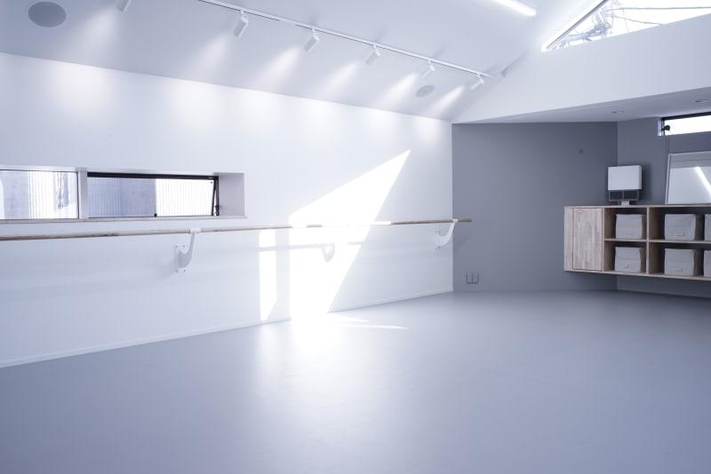 大きく深呼吸したくなる、清潔感いっぱいの美しいギャラリー&スタジオ - ギャラリー+スタジオ COMMU 【レッスン利用】スタジオの室内の写真