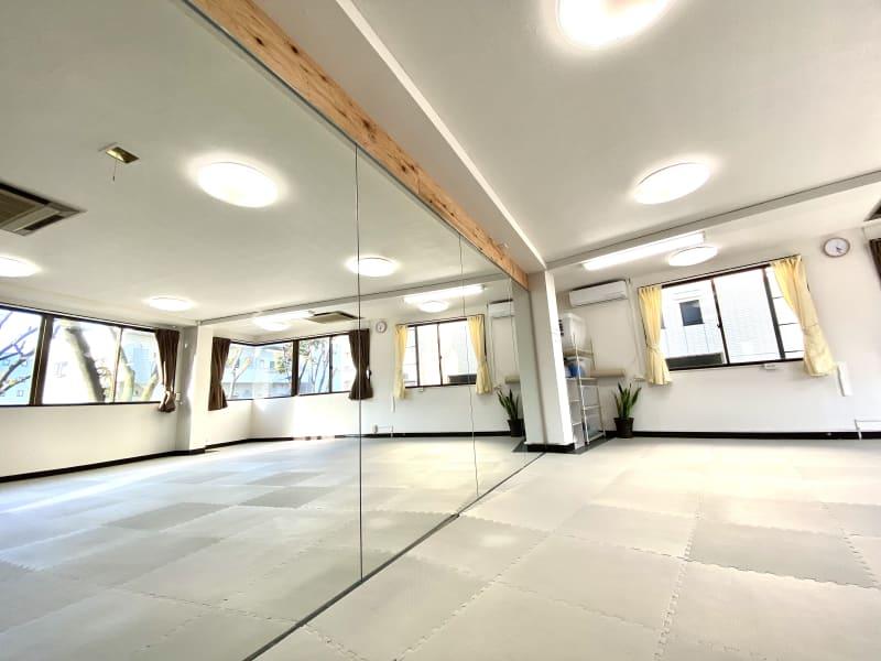高さ2m幅4.5mの大型鏡です。床はクッションマットです。ただし取り外してリノリウムをお使いいただける日時もあります。 - スタジオ白猫屋 調布店 調布ダンススタジオの室内の写真