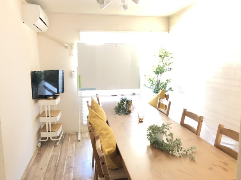 明るくて温かい雰囲気のあるお部屋です。 木目が美しいテーブル2台・椅子8脚+折り畳み椅子2脚 - マックステーション成増 貸会議室の室内の写真
