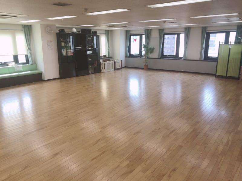 フロアと音響機器の棚 窓は入口と合わせて3方向に開放 - マイダンス レンタルスタジオ せいせきレンタルスタジオの室内の写真