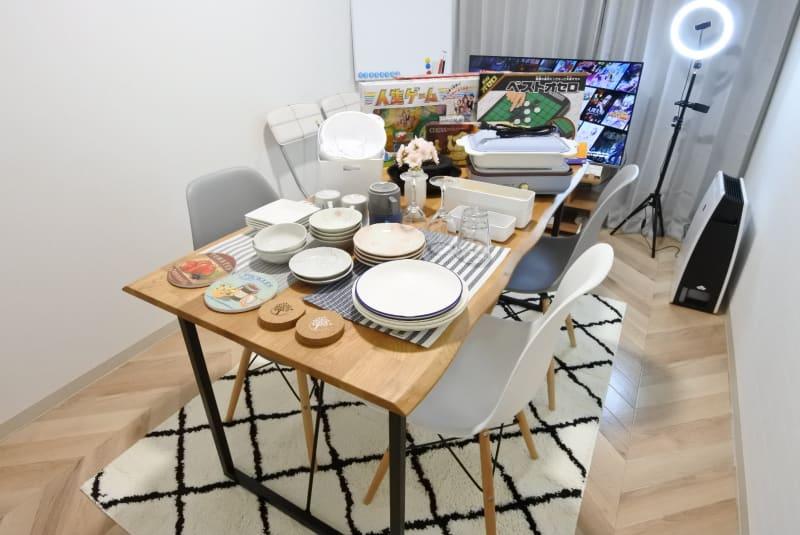 女子会や誕生日会、ボドゲや飲み会に利用可能! - 福岡レンタルスペース レコ天神 シンプルな多目的レンタルスペースの室内の写真