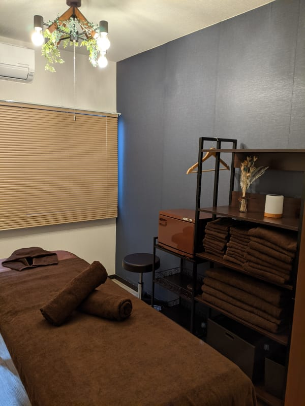 ベッドが折り畳みできます。 ベッドを折りたたんでお部屋を使うこともできます。 - Spa Bloomgarden レンタルサロンの室内の写真