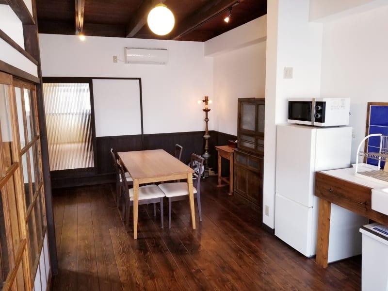 天井が高く開放的なキッチン&ダイニングスペース。木に囲まれたやわらかなスペースでおくつろぎください。 - 癒しの古民家Kyoto Knot レンタルスペースの室内の写真