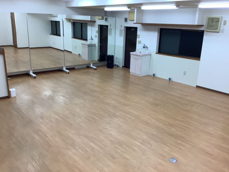 スペース前方に幅4.8mの鏡が設置してあります。 - アップレンタルスタジオ レンタルスタジオの室内の写真