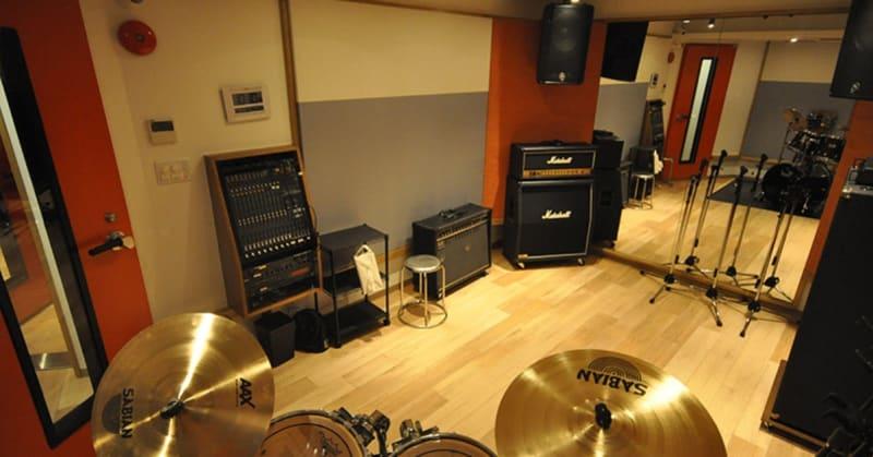 防音・個室/音響スピーカーのあるスタジオです。 こちらはスタジオの一例です。 - スタジオパックス 北千住店 配信LIVE視聴に!防音スペースの室内の写真
