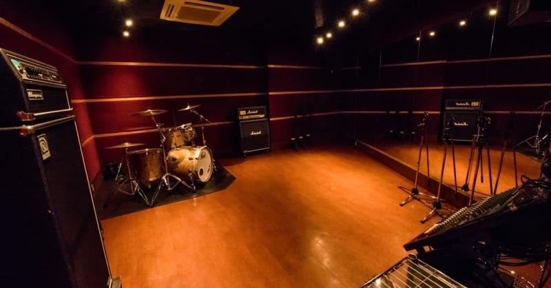 防音・個室/音響スピーカーのあるスタジオです。 こちらはスタジオの一例です。 - スタジオパックス 船橋店 配信LIVE視聴に!防音スペースの室内の写真
