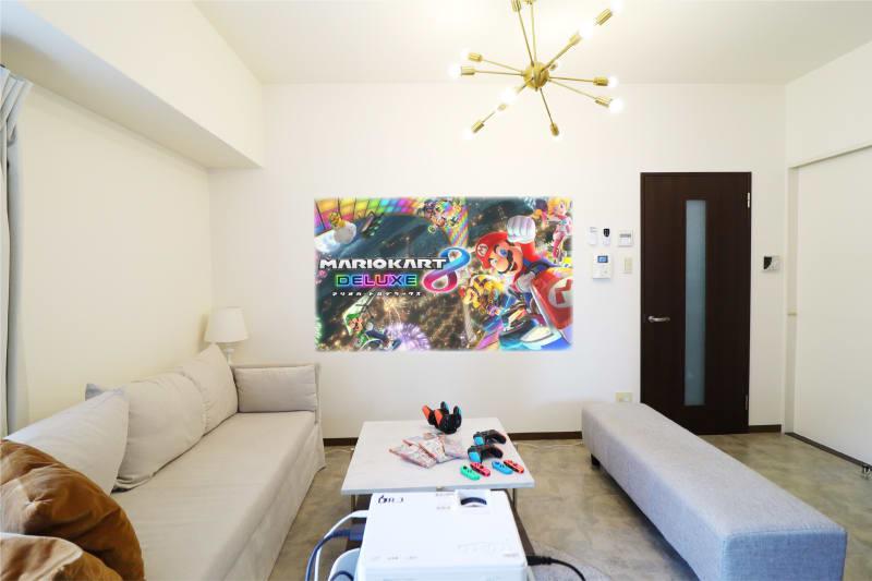 プロジェクターを使って、大画面で任天堂Switchをお楽しみいただけます。 ※有料オプション (プロジェクター、ゲームをご利用の方は、こちらの配置でご用意しております。) - Namba-studio 任天堂Switchの室内の写真