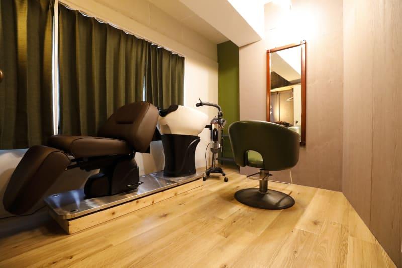 個室にフルフラットシャンプー台完備 - 個室のレンタル美容室 ヘッドスパもできるサロン<E>の室内の写真