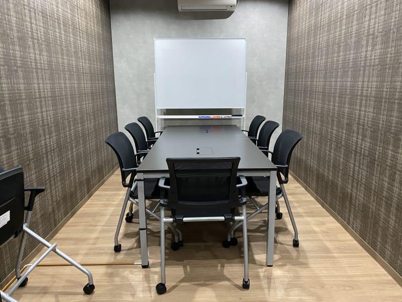 リモートベースspace シンプル会議室の室内の写真