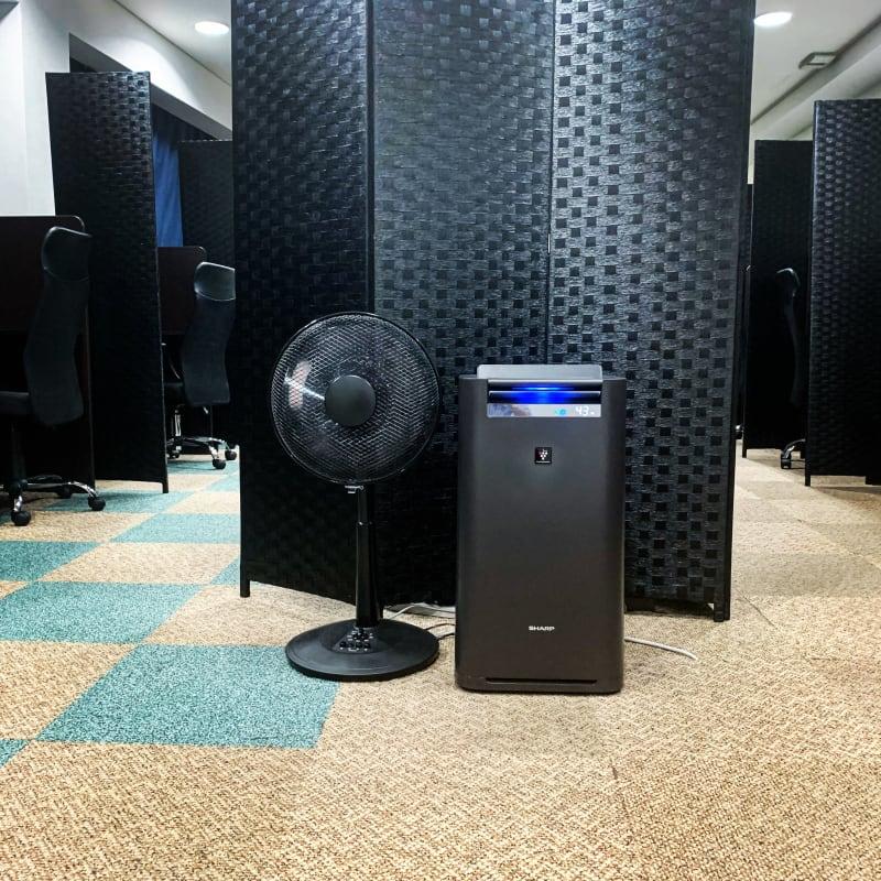 座席間にパーテーションを設置し、空気清浄機は常時稼働しております。 - 千石自習室 資格試験や受験の勉強にどうぞ!の室内の写真