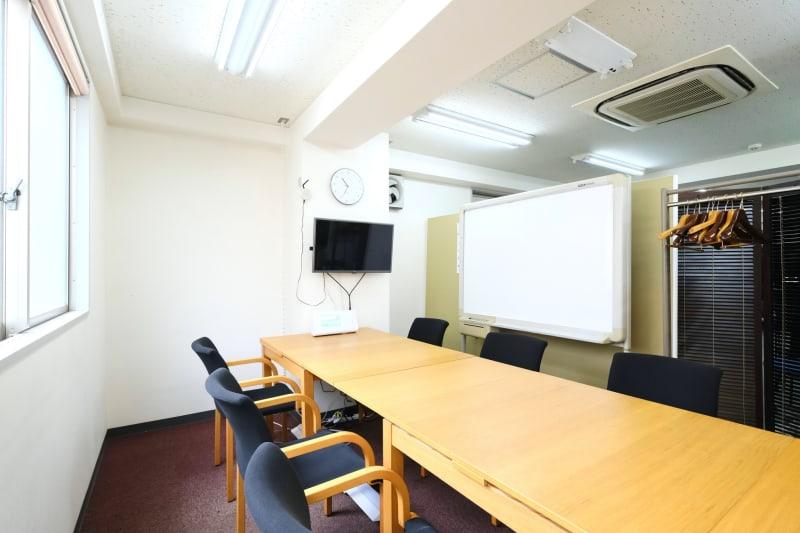 長机にモニター、ホワイトボード、Wi-Fi、複合機など完備 - スペースコネクト中目黒 MEETS貸会議室の室内の写真