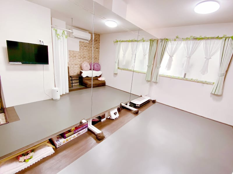 おしゃれで可愛いレンタルダンススタジオ 〈床は膝に優しいリノリウムです〉 - ダンサーズカフェスタジオ 池袋 池袋の格安レンタルダンススタジオの室内の写真