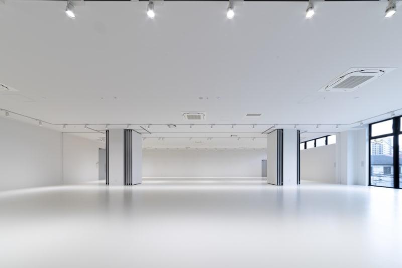 九州最大規模のイベントスペースで、80坪(264.46平米)の好立地かつ、四方オールホワイトな空間でどのような企画にも適したデザインになっています。 - カイタックスクエアガーデン イベントスペース「Whask」の室内の写真