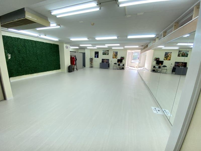 広々とした75平米のスタジオ。幅8.8mのフラットな大型ミラー付き。 - 大森海岸ダンススタジオ レンタルスタジオの室内の写真