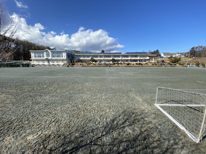 校舎の後ろに八ヶ岳が見える標高1160mの校庭(グランド)です。 - 八ヶ岳コモンズ 校庭(グランド)の室内の写真