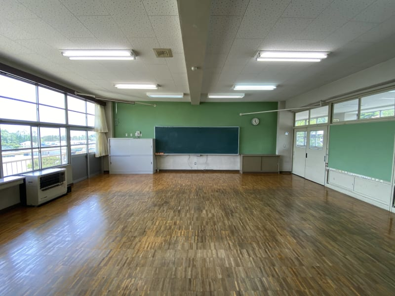 8m x 8m の一般的な小学校の教室サイズです。机や椅子がない状態となります。 - 八ヶ岳コモンズ 普通教室(4年生)の室内の写真