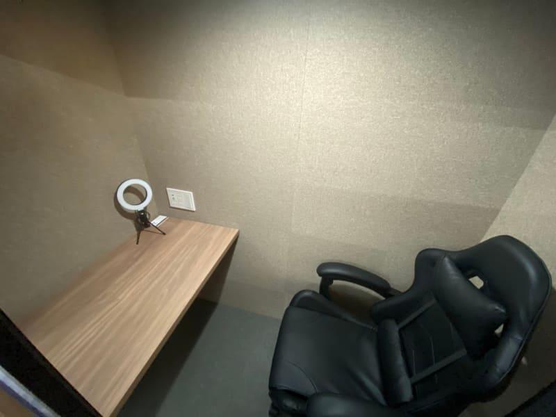 室内は十分くつろげるスペースとなっております。 - RemoteBOX新宿南口店 No.5の室内の写真