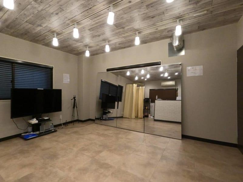 おしゃれなダウンライト付きの空間。 - レンタルスタジオ Fluss ヨガなどができるレンタルスタジオの室内の写真
