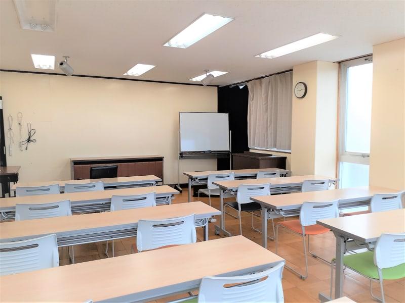 人数を15名以下に制限した配置  視聴覚教室としても利用可能 - 東海ビル金沢 セミナールーム の室内の写真