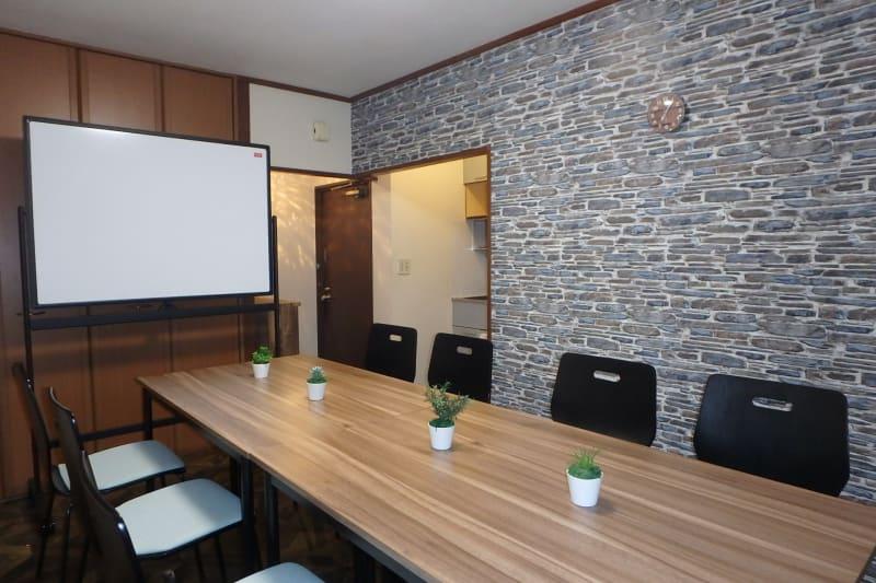 対面式会議モード - MTGベース・ウーノ リモートミーティングスペースの室内の写真