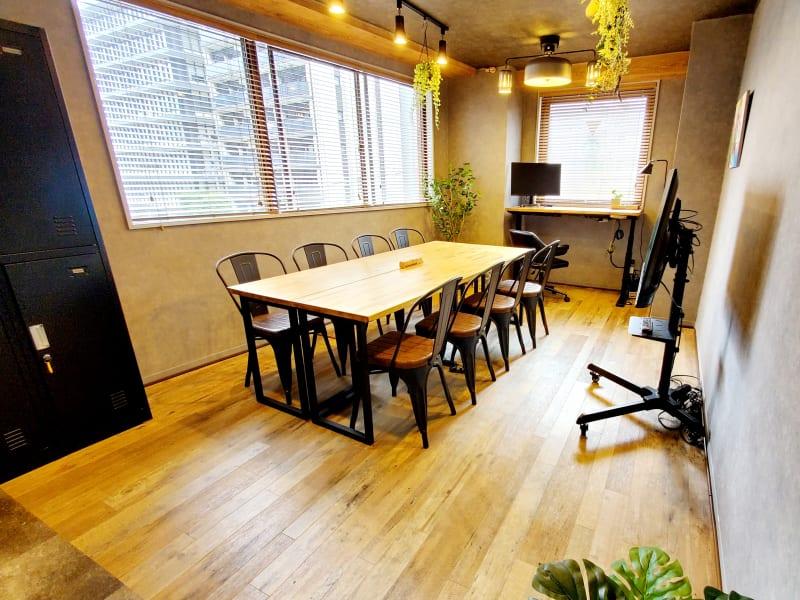 がんばる人・仲間との時間を楽しむ人たちの「巣」になりたい、そんな想いから造られたスペースです。 - <NEST301>レンタル会議室 NEST301の室内の写真