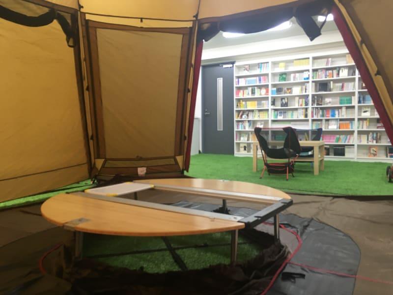 テントの中からのぞくと一面が本に囲まれています。 - BOOK PARK ちばぎんざ 本に囲まれた屋内公園の室内の写真