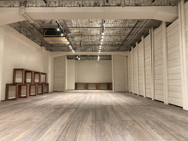 壁全体を白に統一できます。 - 青山展示室246 多目的展示場の室内の写真