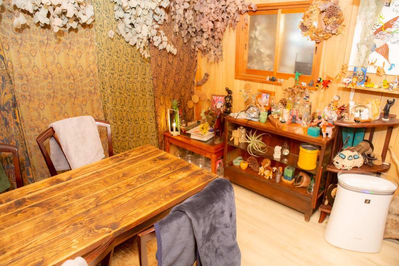 4人掛けテーブルx4脚チェア *追加で2人掛けテーブルx2脚チェアー追加できます。 - カフェ御結(おむすび) 隠れ家感ある個室 WIFI高速の室内の写真
