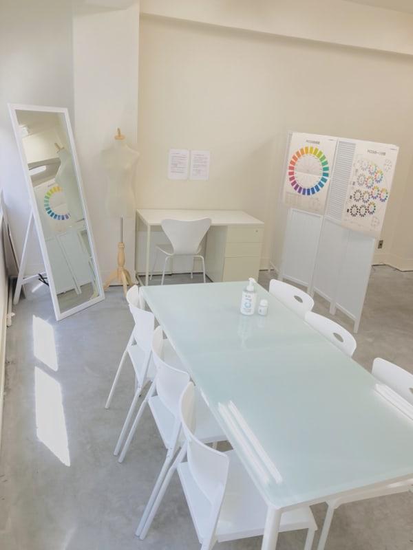 たくさん入る自然光。 白を基調とした爽やかな空間です。 - 日本橋base サロンスペース、商品撮影スペースの室内の写真