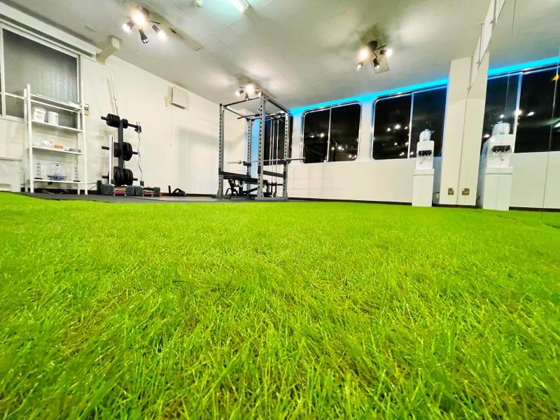 フロアには人工芝 - レンタルスタジオNEXT レンタルジムNEXTの室内の写真