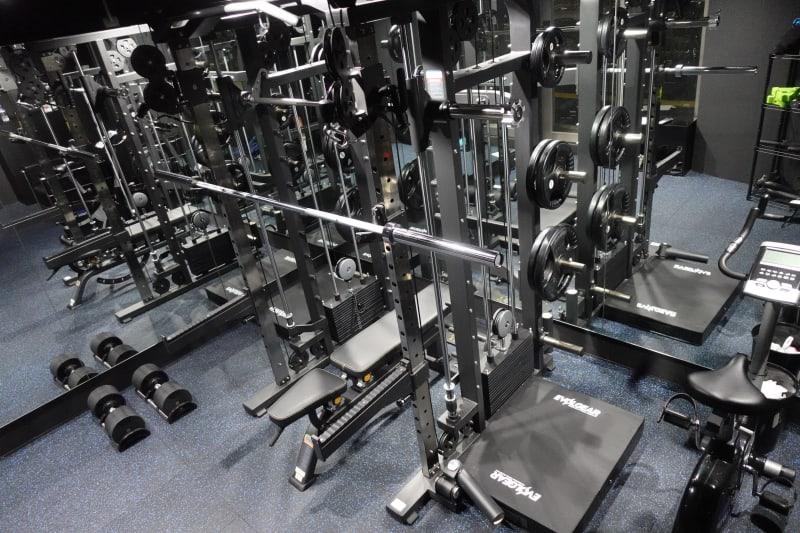 エヴォルギアのマルチファンクショナルラック! - プライベートジムリミッタープラス トレーニングルームの室内の写真