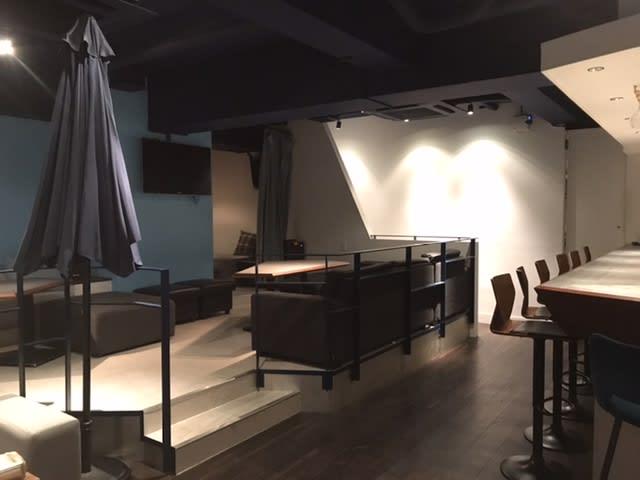 広いテーブル5脚とソファ - レンタルスペース西麻布 貸切パーティレンタルスペースの室内の写真