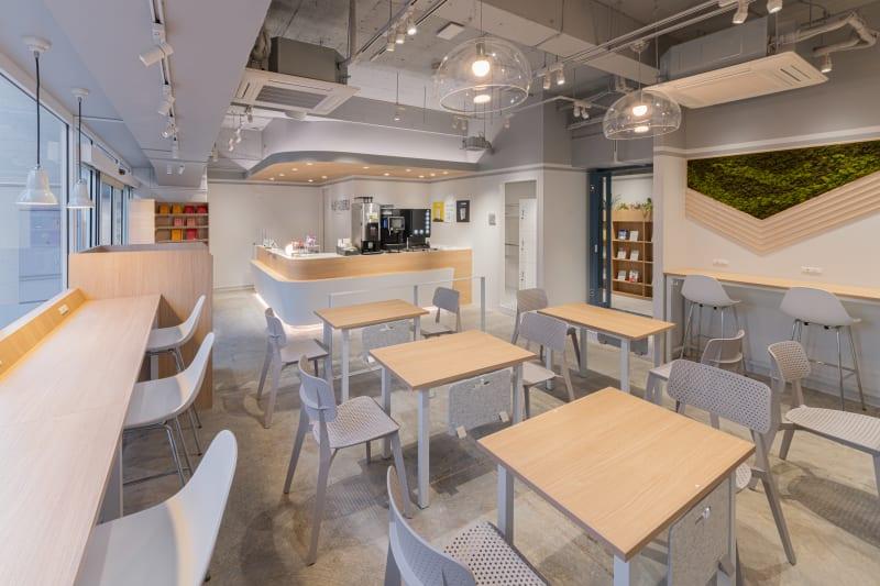 カフェブース。晴れの日は日光を感じるスペースで、こだわりのコーヒーをお楽しみください - HAKADORU虎ノ門店 コワーキングスペース2の室内の写真