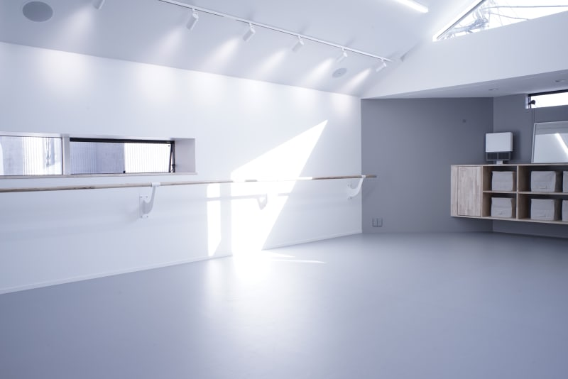 大きく深呼吸したくなる、清潔感いっぱいの美しいギャラリー&スタジオ - ギャラリー+スタジオ COMMU 【撮影利用】スタジオの室内の写真