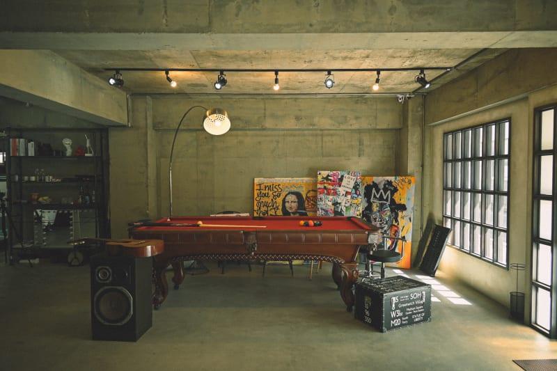 レンガやコンクリート剥出しの室内に差し込む柔かな自然光。ニューヨークの風を感じる無骨でおしゃれで特別なスペース。 - Photo Studio NY 水中撮影可能なスタジオの室内の写真