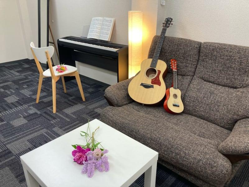 ギターは付属しません - かちくらBASE お気軽レンタルスペースの室内の写真