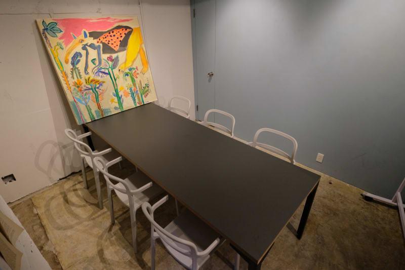 落ち着いた壁色の会議室 - GOODOFFICE六本木 会議室の室内の写真