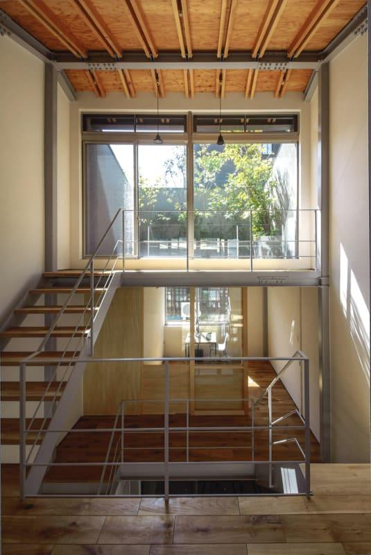 全体をつつむ柔らかな白を基調とした壁や温かみを感じさせる木目で飾られた天井は 開放的ですこやかな空間をつくりだしています。 - mado プライベートワークスペースの室内の写真