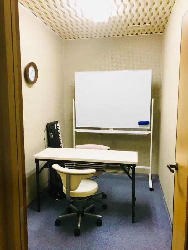 Small Room ホワイトボードと椅子、机を常備 - アマートムジカ   Small Roomの室内の写真