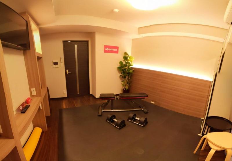 室内全景 インクラインベンチ 可変式ダンベル20kg - Muscroom(マッスルーム) マッスルーム207号室 ジムの室内の写真