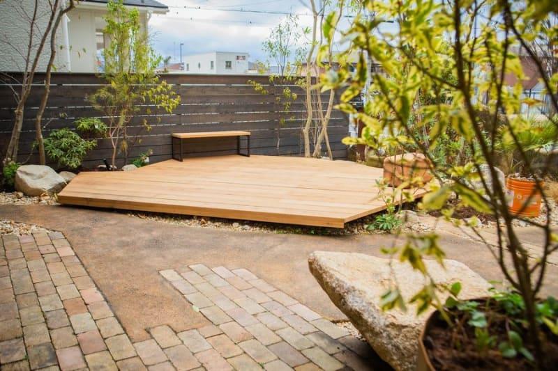季節の草花に囲まれたウッドデッキがあります。 - SESSIONS GARDEN GARDEN(庭)の室内の写真