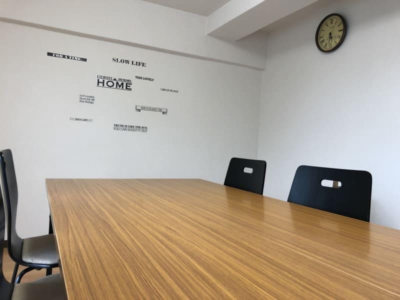 自然光も入る明るい室内 - MEETINGROOM 85坂戸 貸会議室/個室/8名/清潔/格安の室内の写真