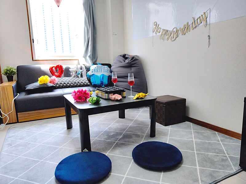 シックな落ち着いた雰囲気。飾り付け自由シンプルだからこそ飾りやすい!歓迎会・打ち上げ、誕生日会など - QuvSpace【京橋】 駅から最も近い大人パーティルームの室内の写真
