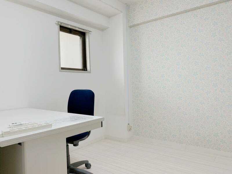 約4.5畳のシンプルなお部屋です。おしゃれな壁紙ですのでWEB会議等に好評です。 - テレワークスペースD303 梅田テレワークスペースD303の室内の写真