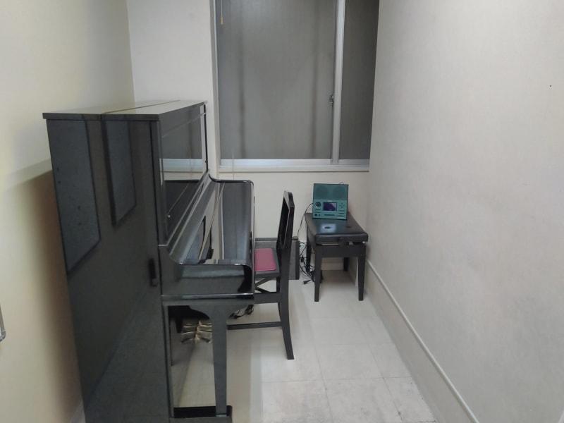 スガナミ楽器烏山北口センター 6番教室(アップライトピアノ)の室内の写真