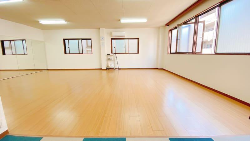 ダンスやヨガの教室では、10名くらいでも快適にご利用できます。 - ダンススタジオFAMFAM レンタルスタジオの室内の写真