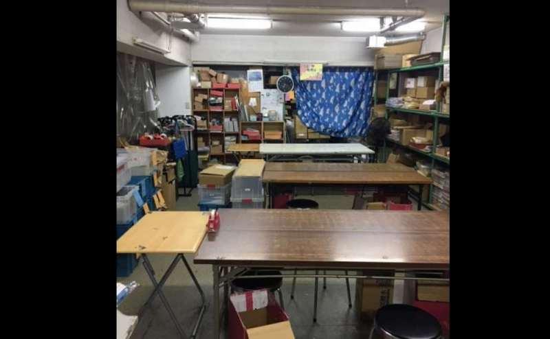 会議用机は6台。 広々とした作業場としてお使いいただくこともできます。 - 株式会社ビジネスベース 作業スペースの室内の写真