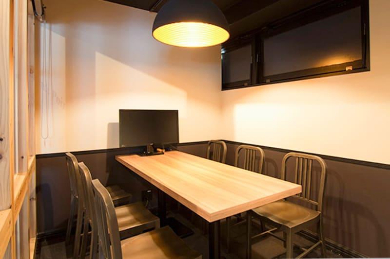 1~6名で利用できる完全個室の会議室です。 - 新橋コワーキングスペース Basis Point 6名用会議室 (Room A)の室内の写真