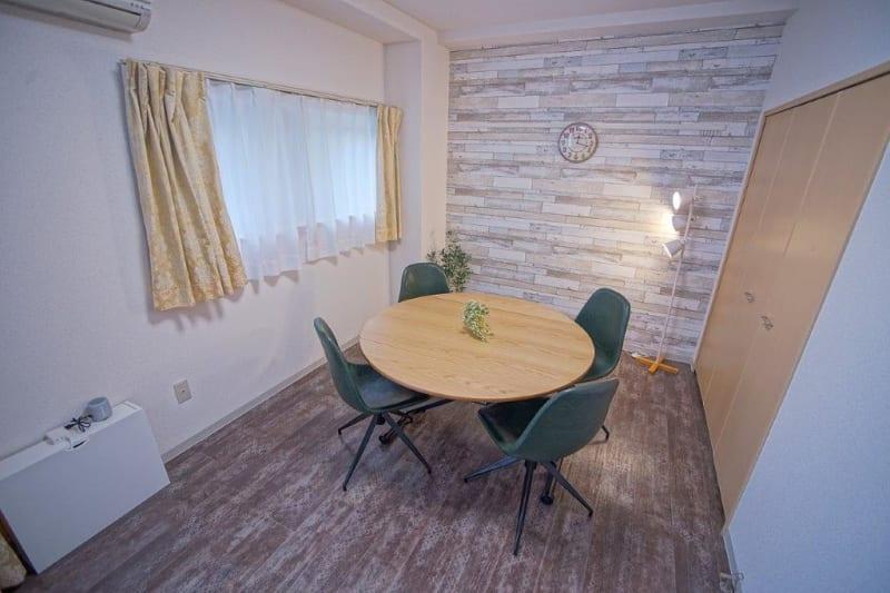 120cm 丸テーブル1台 - 【リベサロ京都駅前】  レンタルルーム 101号の室内の写真